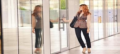 business-woman-opening-door-1997286_960_720