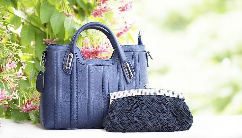 864bac42c Un bolso de piel en color neutro como son el beige, azul marino, negro,  cafe; siempre serán una gran inversión, sobre todo si el estilo de la pieza  es ...